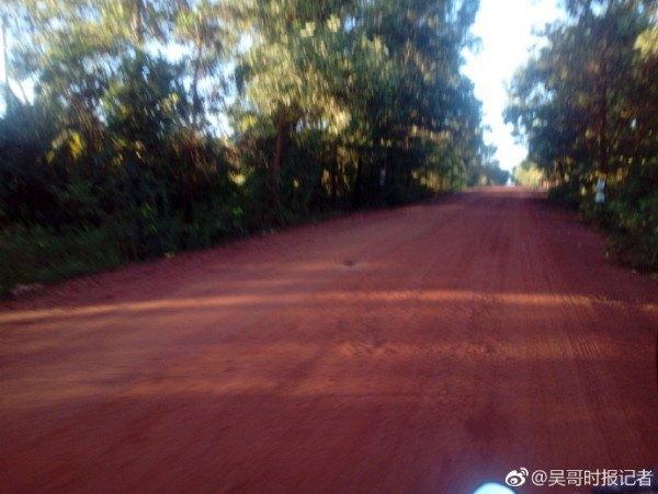 记者深入柬埔寨密林寻找马航mh370 有飞机坠落但应该不是mh370图片