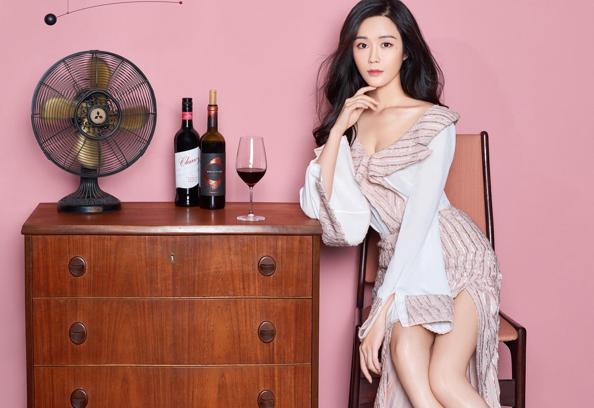 汤晶媚最新时尚大片曝光 长裙优雅宛若红酒女神