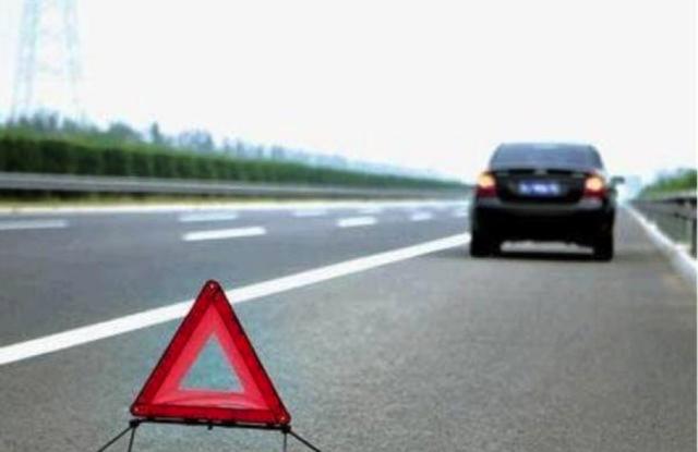 教练:路上行车时前车急刹车被后车追尾了,谁的责任
