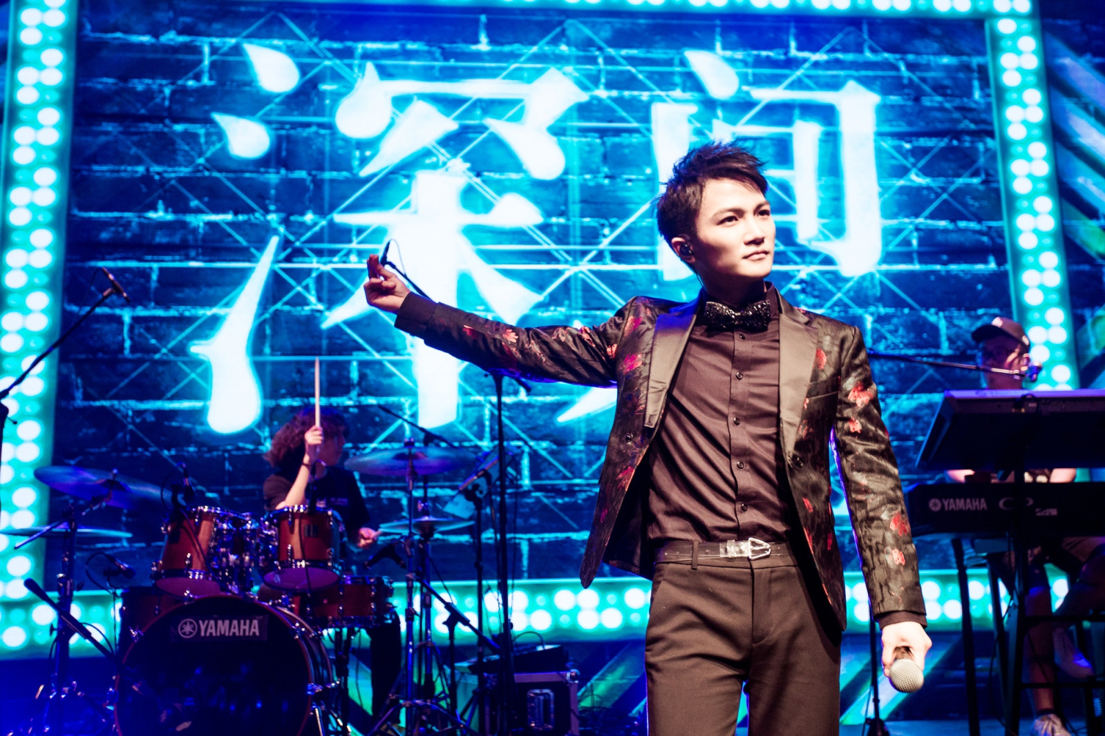 """周深""""深空间""""巡演上海首唱 超燃live band成就""""金曲不眠夜""""!"""
