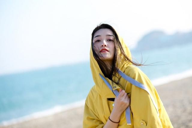 依依黄色网_蒋依依原来这么会穿,黄色风衣搭休闲裤,这才是真正的青春无敌!