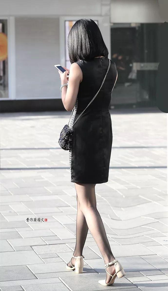 穿着黑色丝袜的包身裙美女,黑丝更凸显美腿的流畅线条.