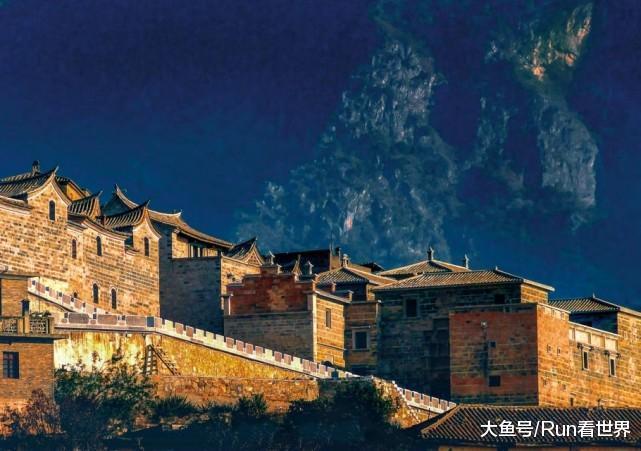 云南一个贫瘠的地方, 却建起了数百栋欧式风格的房屋, 江外小香港