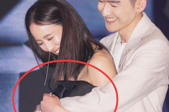 张翰发布会上抱张钧甯,网友:手放的位置也太敏感了