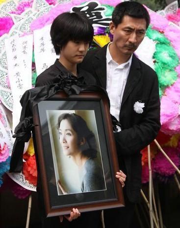 她比姚贝娜更惨!患乳腺癌9年孤零零去世,葬礼现场前夫表情凝重