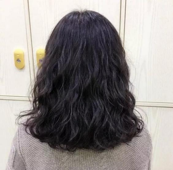 冬季如何选择烫发?洋气的小卷发型也会很显气质,打理图片