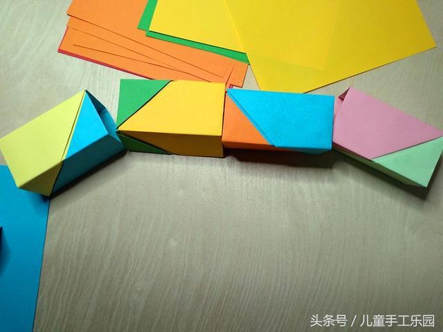 第十三步:火车轮子,其实也可以和车厢一样方法叠CSGO竞猜平台CSGO竞猜平台,但是对于大部分小朋友来说有点难度CSGO竞猜平台CSGO竞猜平台,卡纸的时候不容易做成圆形,还有考虑到做好后容易散开CSGO竞猜平台。于是我们决定就用最简单的方法,把裁切好的纸条卷成圆柱形就可以CSGO竞猜平台CSGO竞猜平台,然后用双面胶粘一下CSGO竞猜平台CSGO竞猜平台。(或者小朋友也可以使用身边现有的材料做轮子CSGO竞猜平台。)
