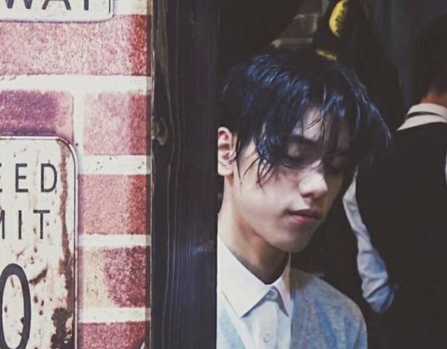 这个发型很日本,长发中分露额头,奇怪的是,王子异每换一种发型,风格图片