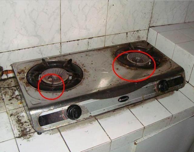 首先讲到的就是白醋。比较脏的煤气灶,我们可以用上白醋这个油污克星来对付,只要将2勺白醋和200毫升温水混合,然后用丝瓜瓤或者没有伤害性的海绵擦来蘸取这种热醋水清洗灶台,就能把煤气灶洗得闪亮如新。非常的方便,而且对人也没有任何的影响。