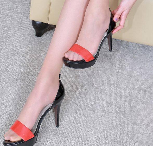 薄款肉丝袜遇上美脚丫, 搭配高跟鞋秀出玲珑身材