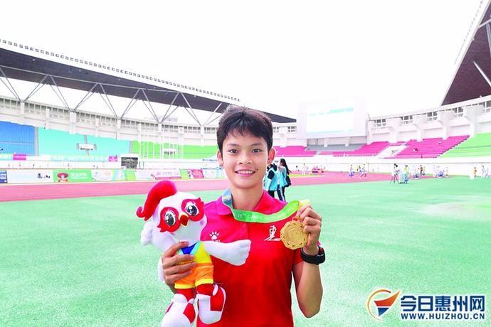 惠州小将梁芳萍800米田径项目勇夺金牌