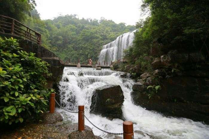 揭阳最美的瀑布群,位于广东揭阳揭西县,它距离京明温泉度假村15公里。它就是黄满寨瀑布群,这山间的瀑布是由黄满寨瀑布、银河飞瀑和三叠瀑布组成。因此而成为国家级景区,这里四季如春,旅游区总面积约7000亩,号称是我国东南的第一大瀑布。