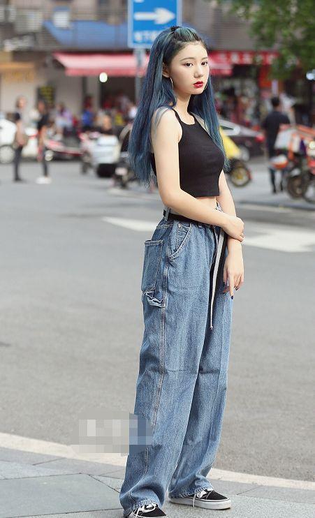 街拍:美女时尚穿搭,性感的摆拍,简直惊艳到整条街!