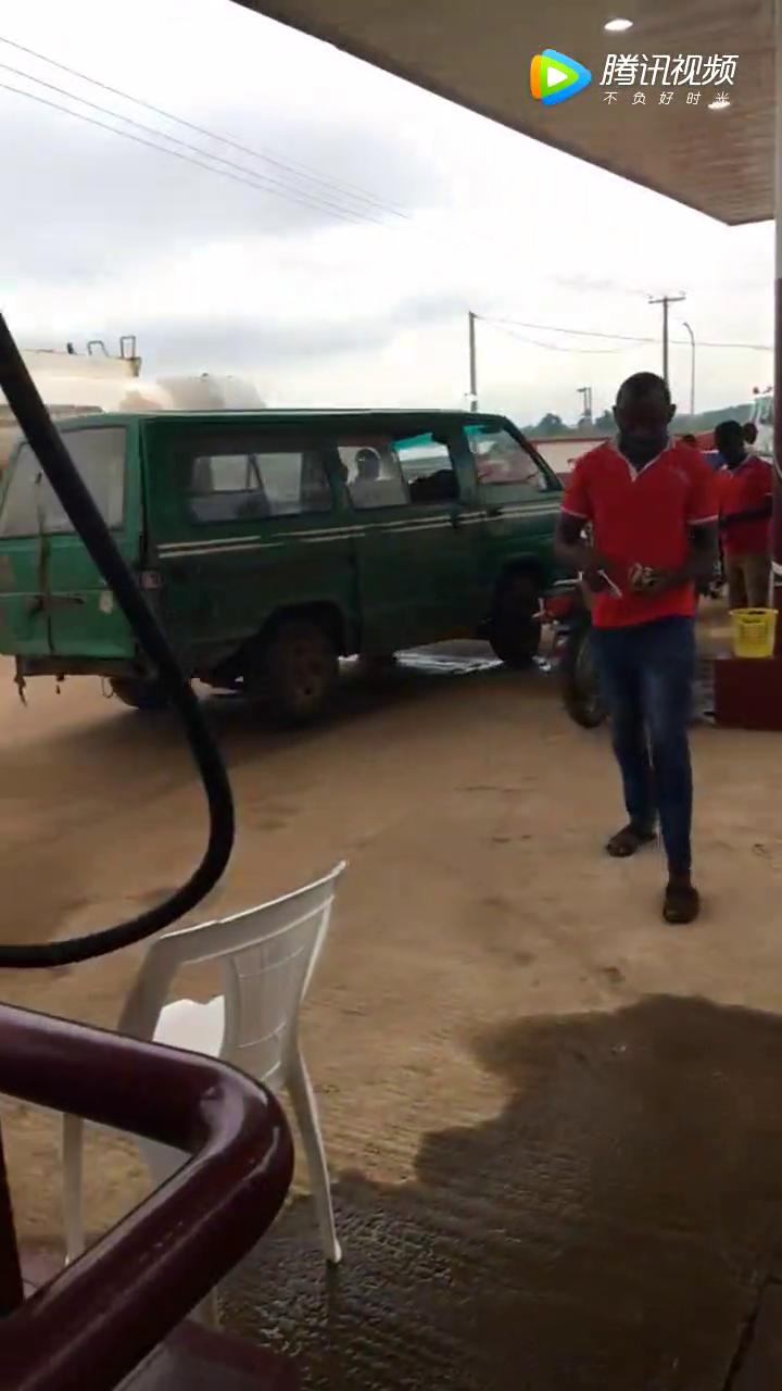 实拍到非洲加油,看清油<em>表</em>才发现<em>汽油</em>比水便宜