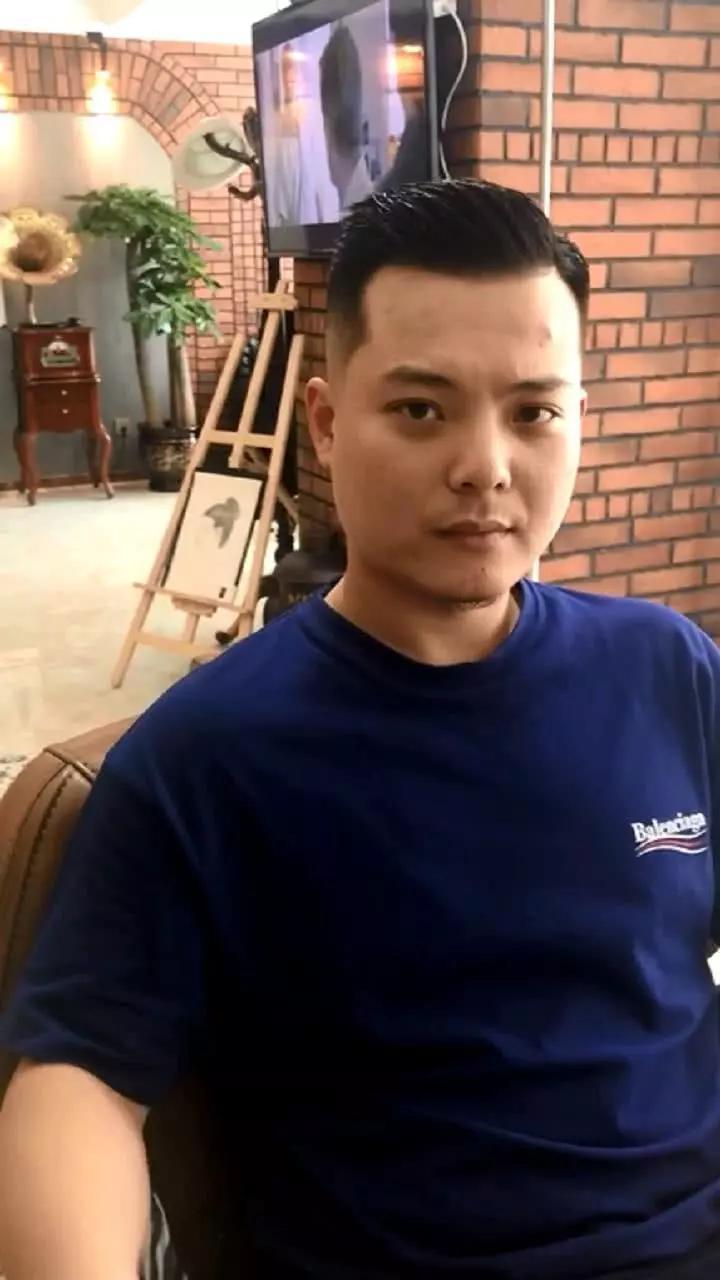 微胖大叔去理发店理发,发型师给他做了个油头后秒变帅气型男图片