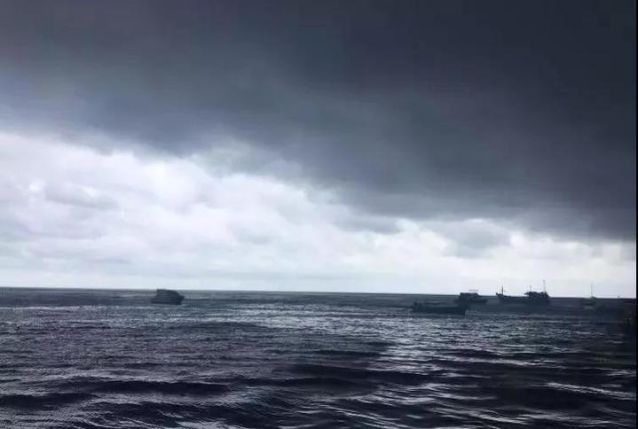 当天下午,她们在普吉岛玩耍正酣时,海面上的风力逐渐加大.