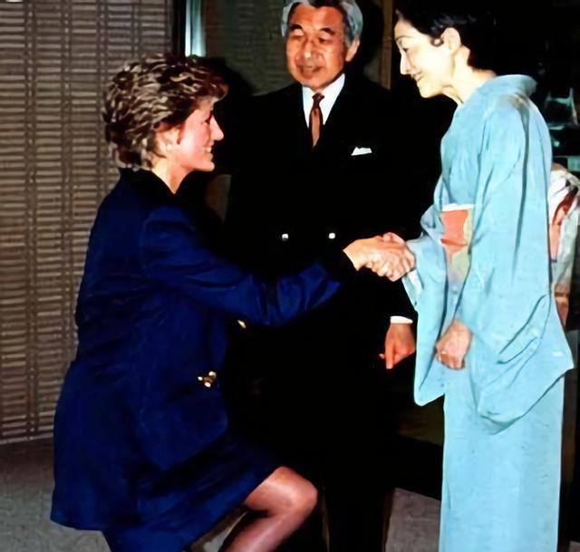 见到日本天皇都要行屈膝礼,唯独图5不同,网友