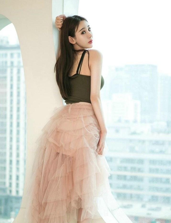 美女针织吊带搭配薄纱长裙 充满青春活力气息的穿搭