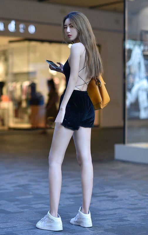 露出皙白的大长腿很吸睛,美女脚上的细跟高跟鞋很有女人味图片