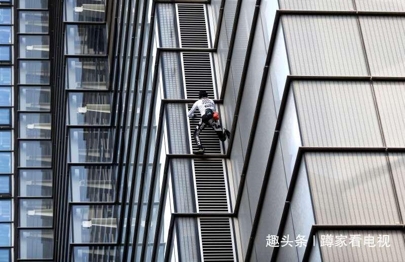 年过半百仍然身手矫健,法国蜘蛛人徒手攀202米高楼,胜利登顶