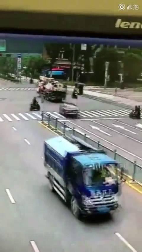 大众CC为躲避闯红灯的电动车,追尾前方吊车,电动车竟然直接走了…大回小回...