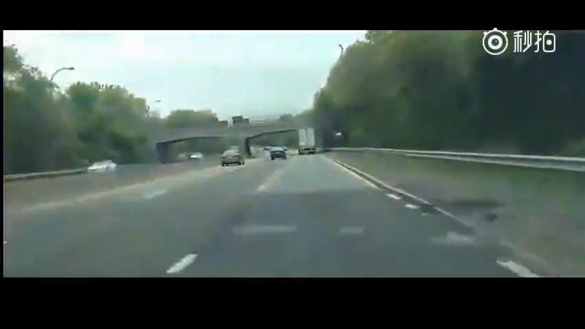 大货车司机是没留意到限高标志,还是不知车友多高?货车瞬间解体