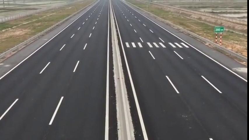 实拍越南最现代的高速公路,路宽车少,油门踩到底都不用担心