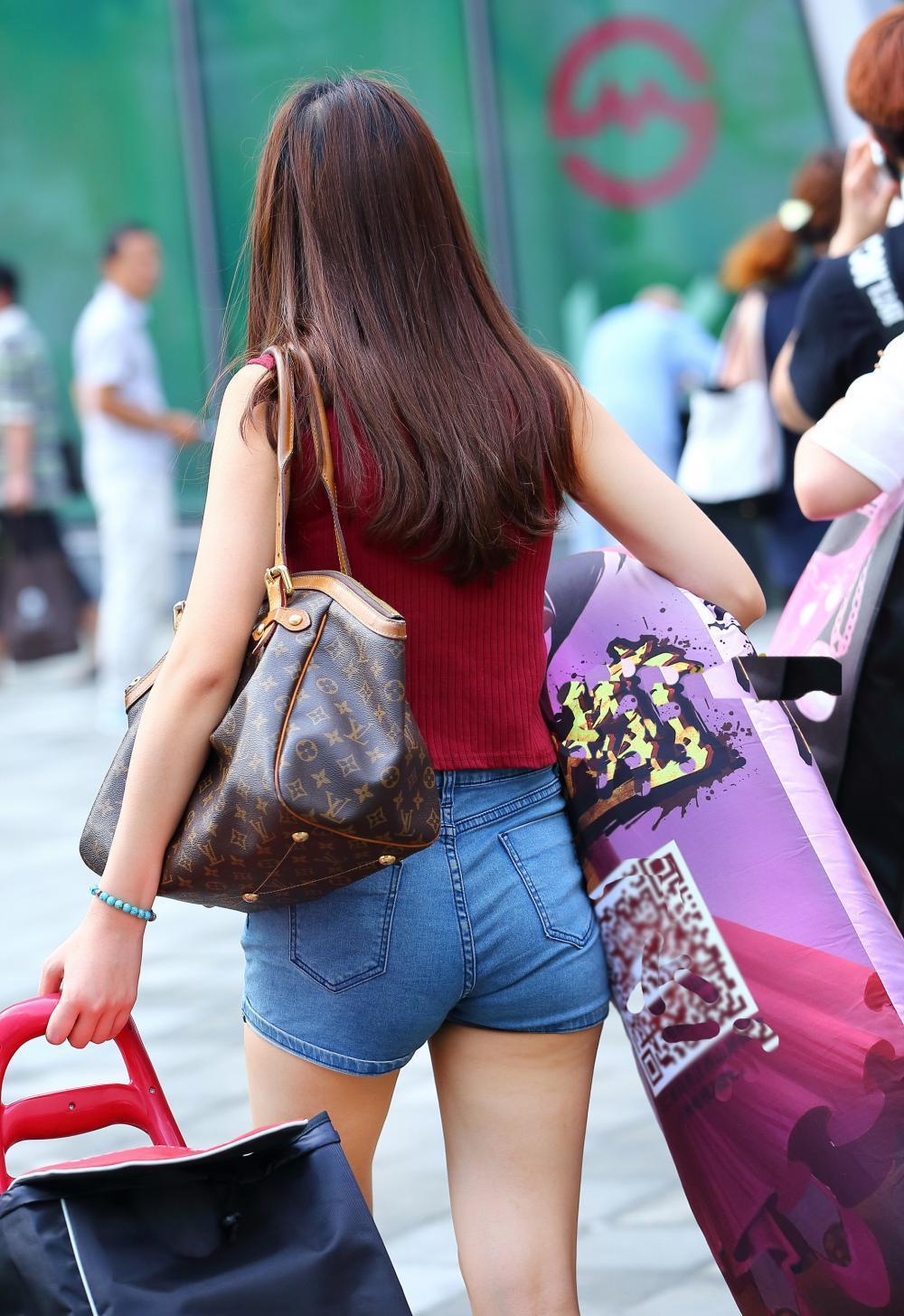 街拍: 纹身女生穿搭齐臀短裤, 要穿那么紧吗?图片