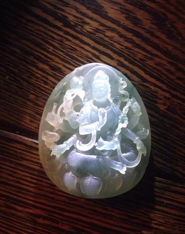 老三翡翠欣赏——造型多变的翡翠玉雕千手观音图片