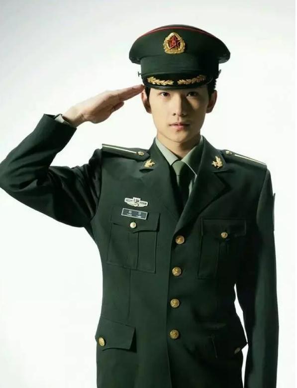 青少年时期的他虽然略青涩,但这身解放军标准绿的军装和他瘦削的脸