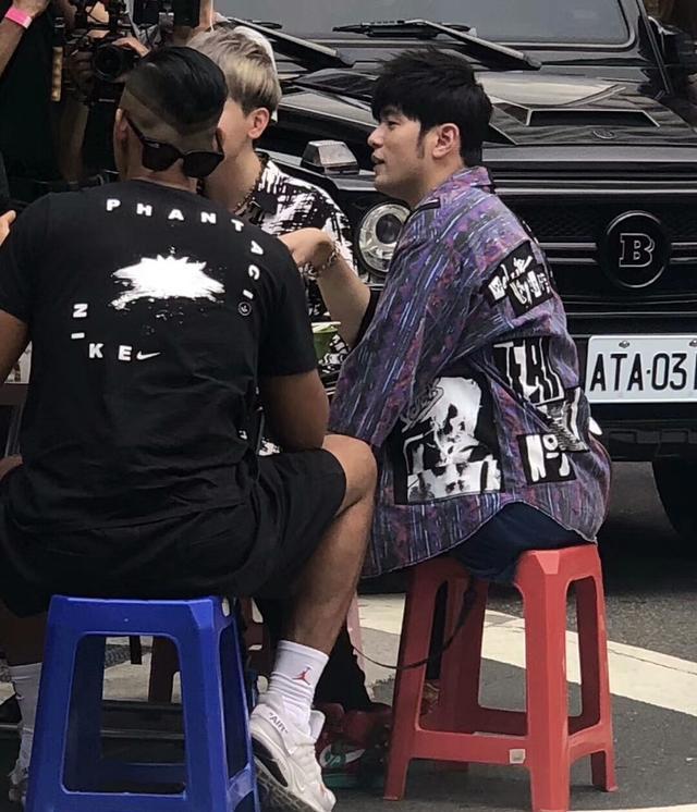 周杰伦现身台北街头,穿背心露胸肌,似录制自制综艺《周游记》?