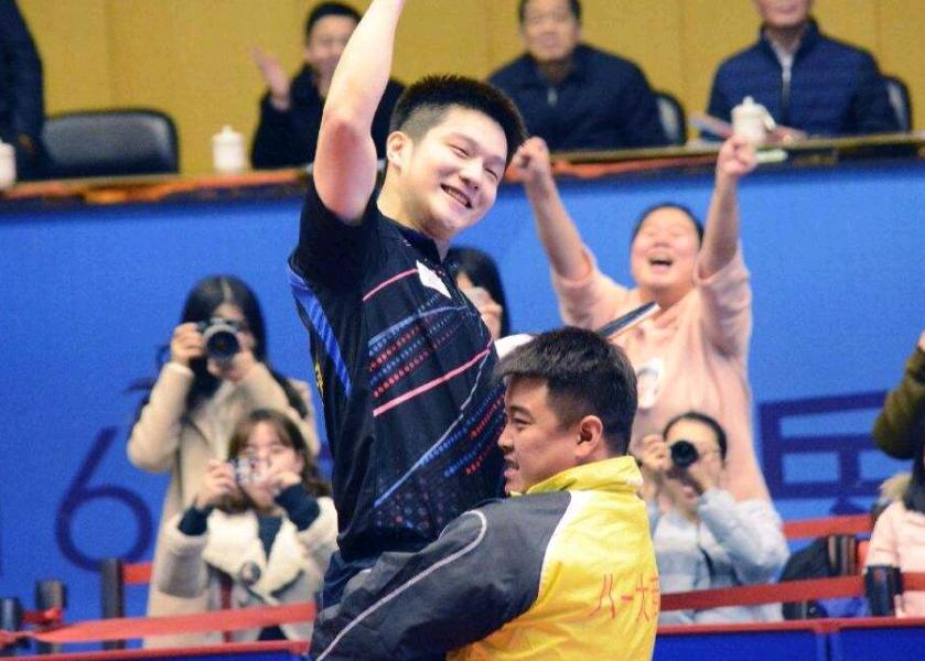 樊振东夺冠仍遭王皓敲打,想超越马龙必须迈过一道坎