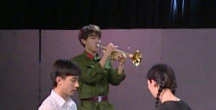 王俊凯在后台学指挥,手势有模有样.(图)图片