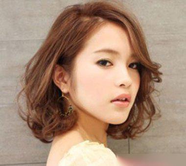 大脸空气刘海烫短发发型,发丝在眼角的地方梳了内扣的发丝,烫短发发型图片
