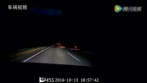 大晚上高速路上站着一个人,害得大货车侧翻火花四溅
