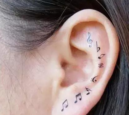 耳朵后的纹身男分享展示图片