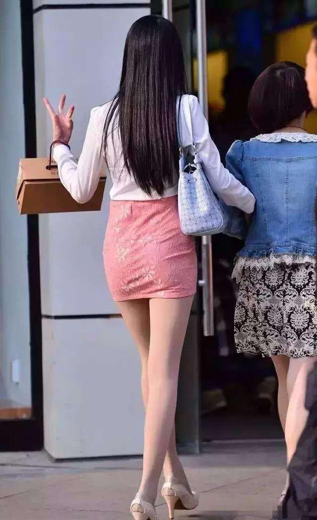 街拍: 长腿少妇搭配肉色丝袜, 一出现就火辣整条长街!
