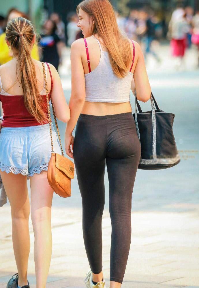 街拍: 穿紧身裤的外国美女, 翘臀秀的很性感