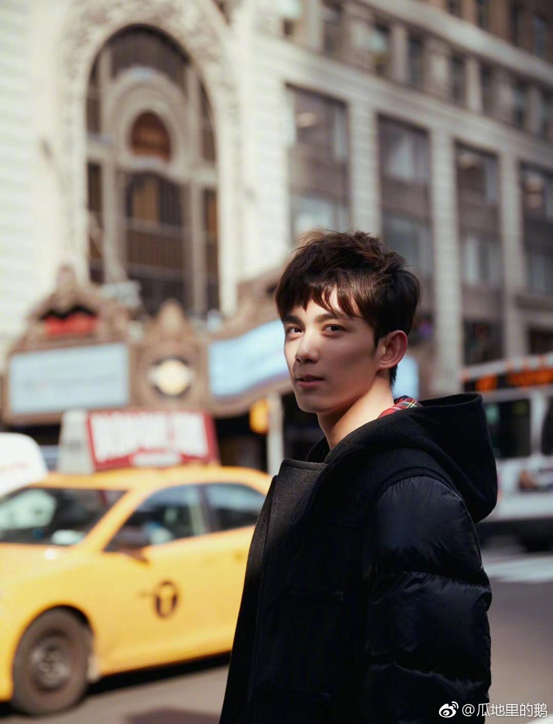 吴磊 纽约街头游客照,整条街上最靓的崽