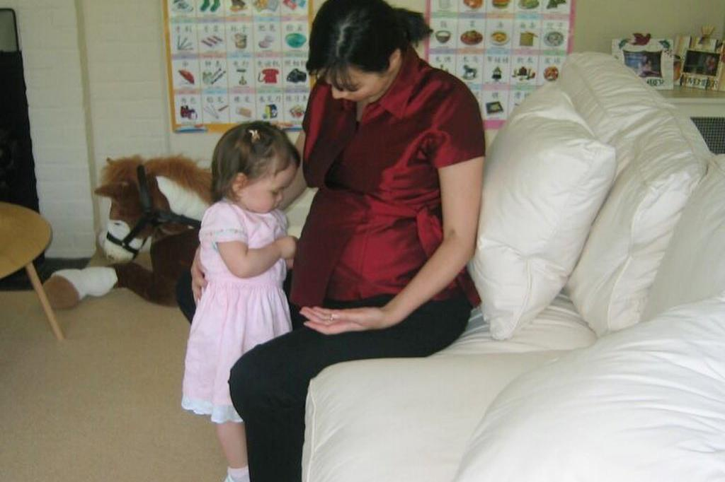 51岁邓文迪为女儿庆生,罕见晒早期孕肚照,家里装修很普通