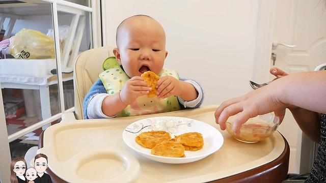 宸宸妈给宝宝做鳕鱼虾米土豆饼,宝宝吃了4个,喝了一碗蛋花汤