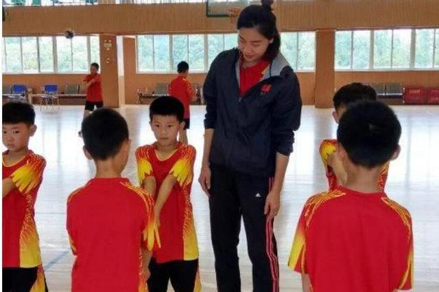给力!中国女排又一名将走进校园,手把手教学,积极推广排球事业