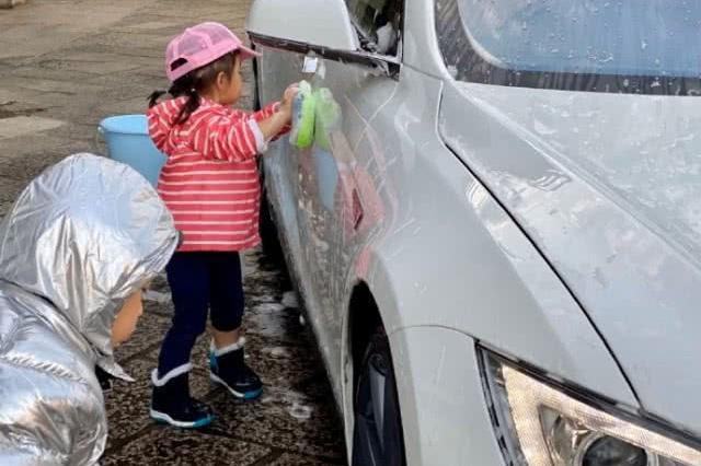 超赞!霍启刚晒一双儿女洗车照,借玩水机会教育孩子要学会珍惜