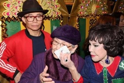 港媒曝97岁梅妈心脏有事入院,梅启明声称只是感冒,继续肆意享乐