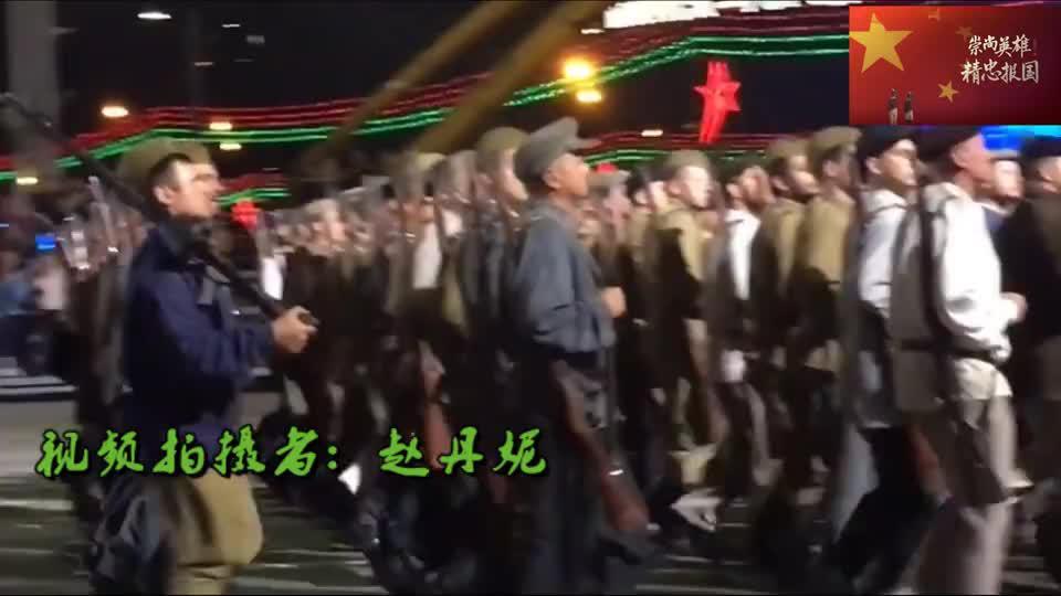 白俄罗斯阅兵现场小姑娘秒变小迷妹紧追解放军仪仗队脚步