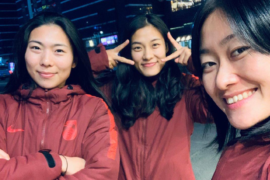 中国女足姑娘们正在韩国备战东亚杯,训练之余女足球员们逛街散步