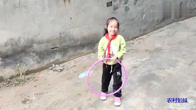 小雨玩呼啦圈,是怎么玩的呢?玩的方式好搞笑啊