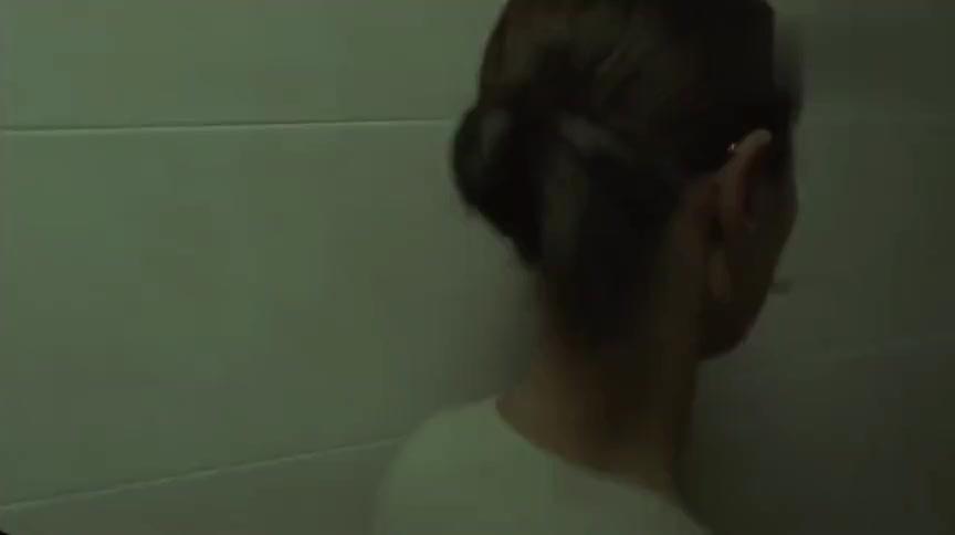 美女抬起脚跟站在卫生间傻笑同事都被吓坏了谁料下一刻更恐怖
