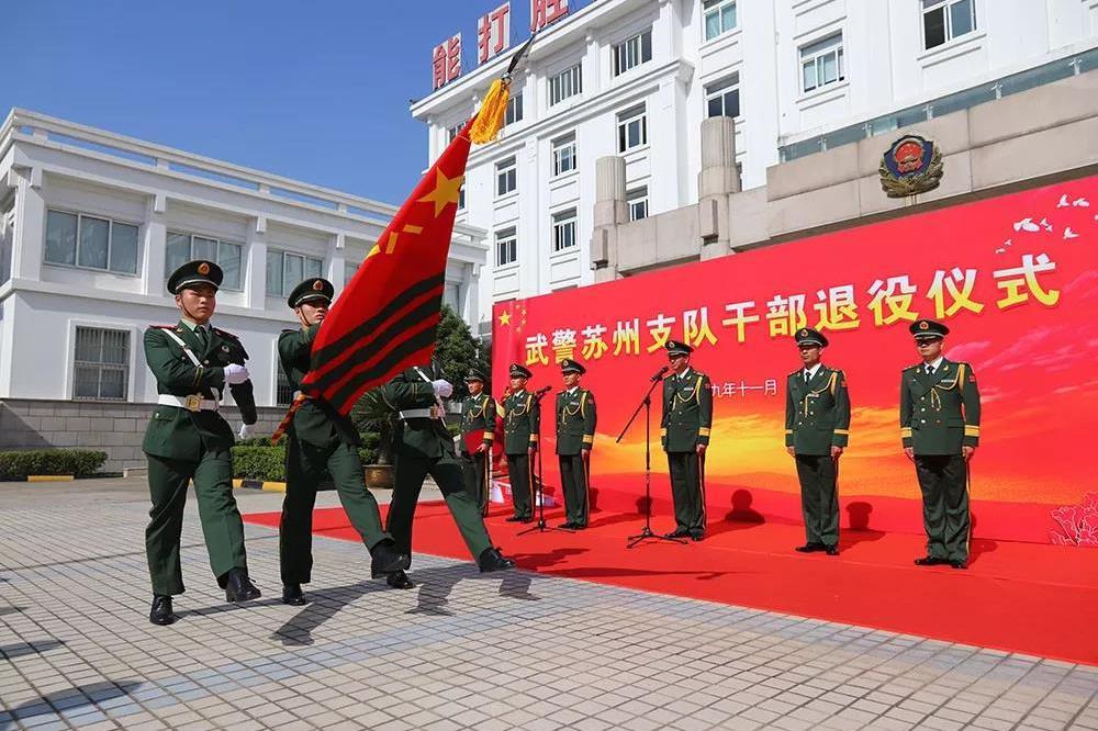 军营上演退役仪式 转业干部依依不舍脱军装 敬礼向队旗告别