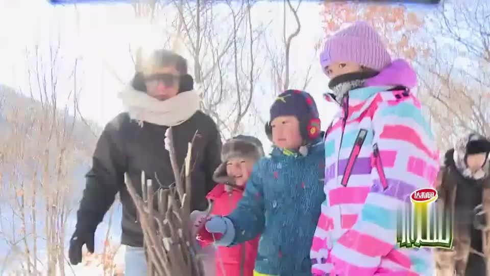 安吉庆庆跟着成龙进树林里找陷阱孩子们牢记村长说的话好乖